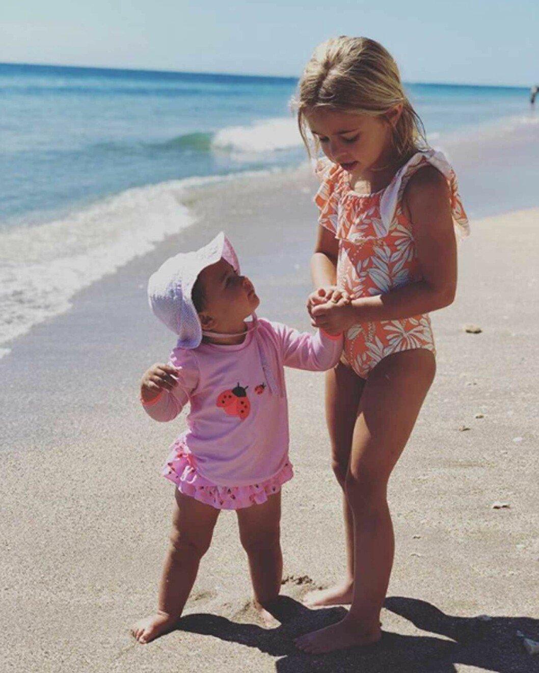 Miami-prinsessan Leonore på stranden med sin lillasyster Adrienne.