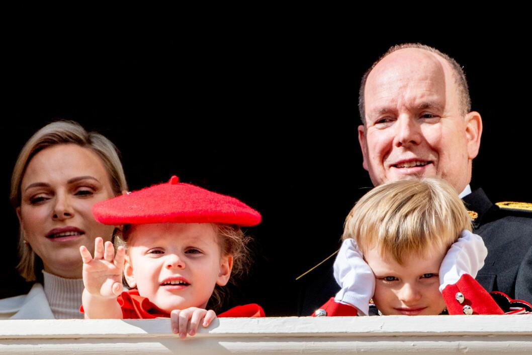 Furst Albert och Charlene med barnen Monaco-tvillingarna