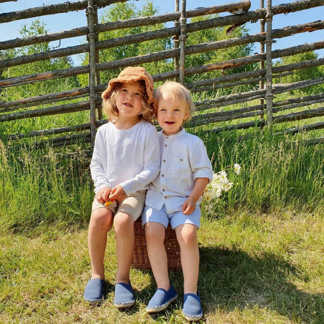 Prins Alexander och prins Gabriel på sommarlov på Ökenäs gård.
