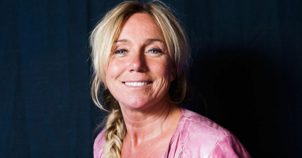 Anne Lundberg som leder nationaldagsfirandet 2020 på Skansen.