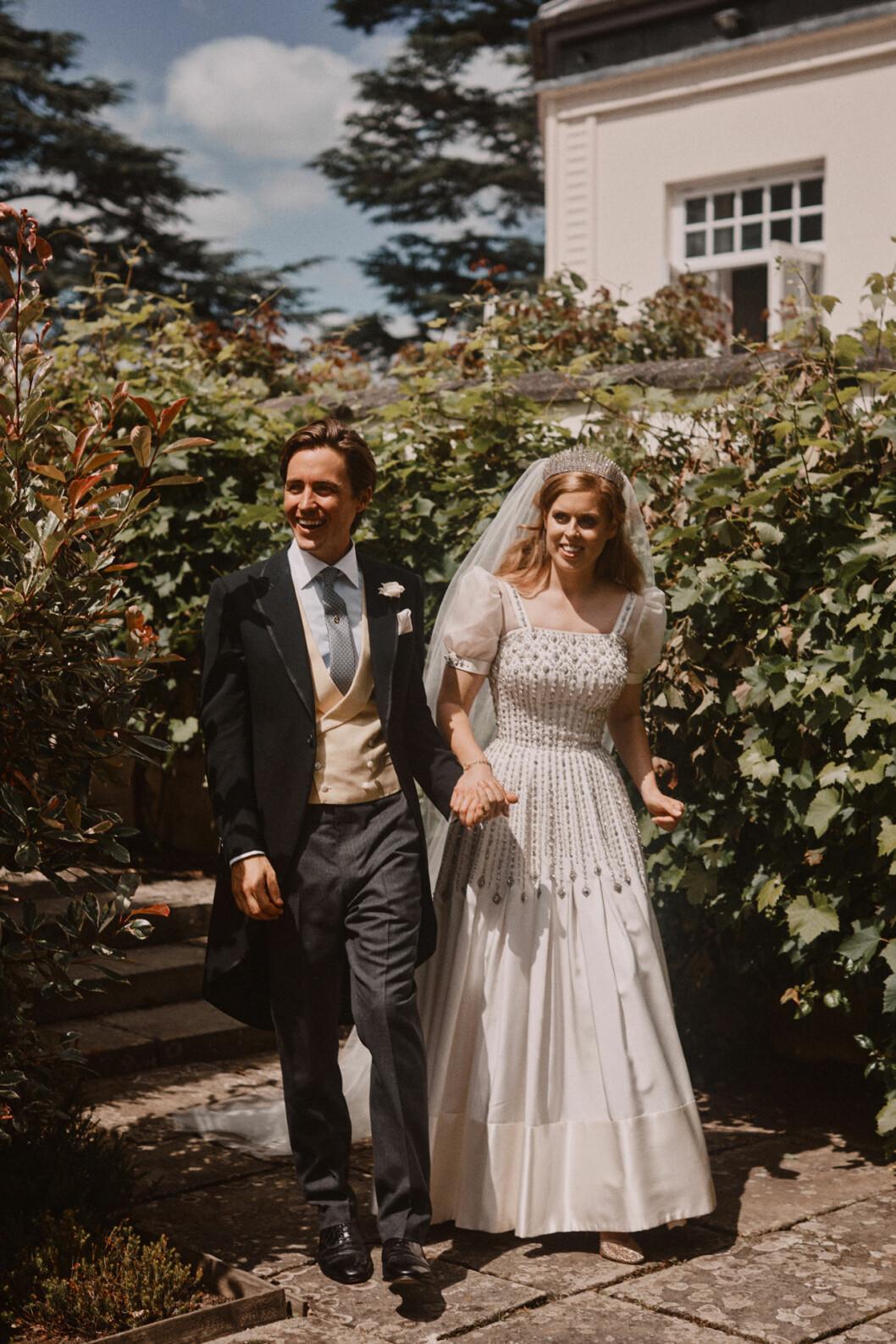Prinsessan Beatrice och Edoardo Mapelli Mozzi på väg till bröllopsfesten