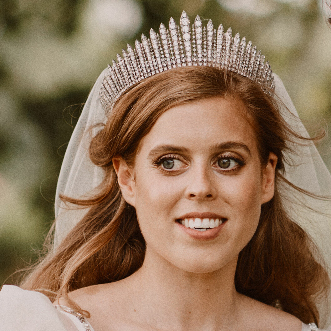 Prinsessan Beatrice i drottning Elizabeths bröllopstiara.