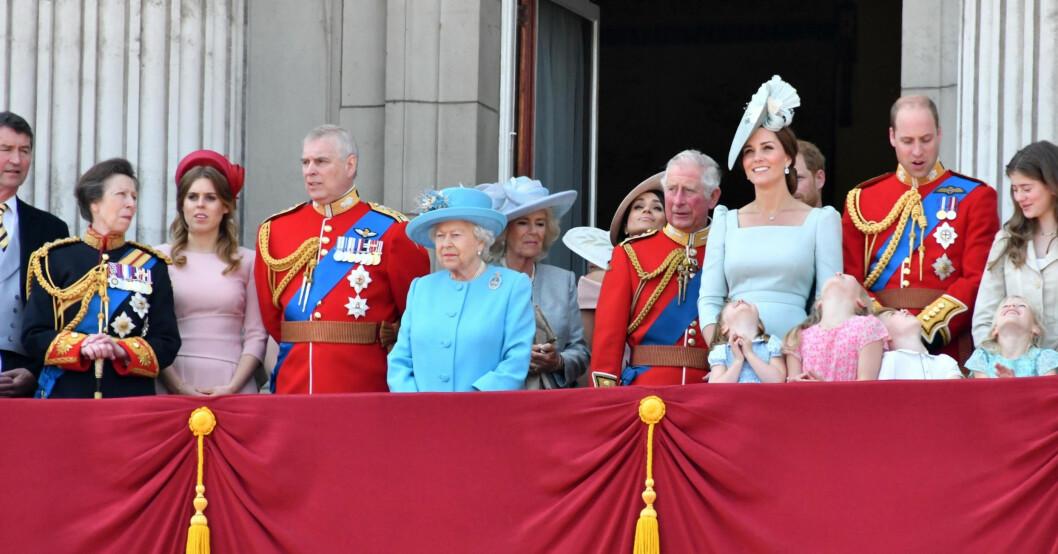 Prinsessan Beatrice med brittiska kungafamiljen Buckingham Palace slottsbalkongen