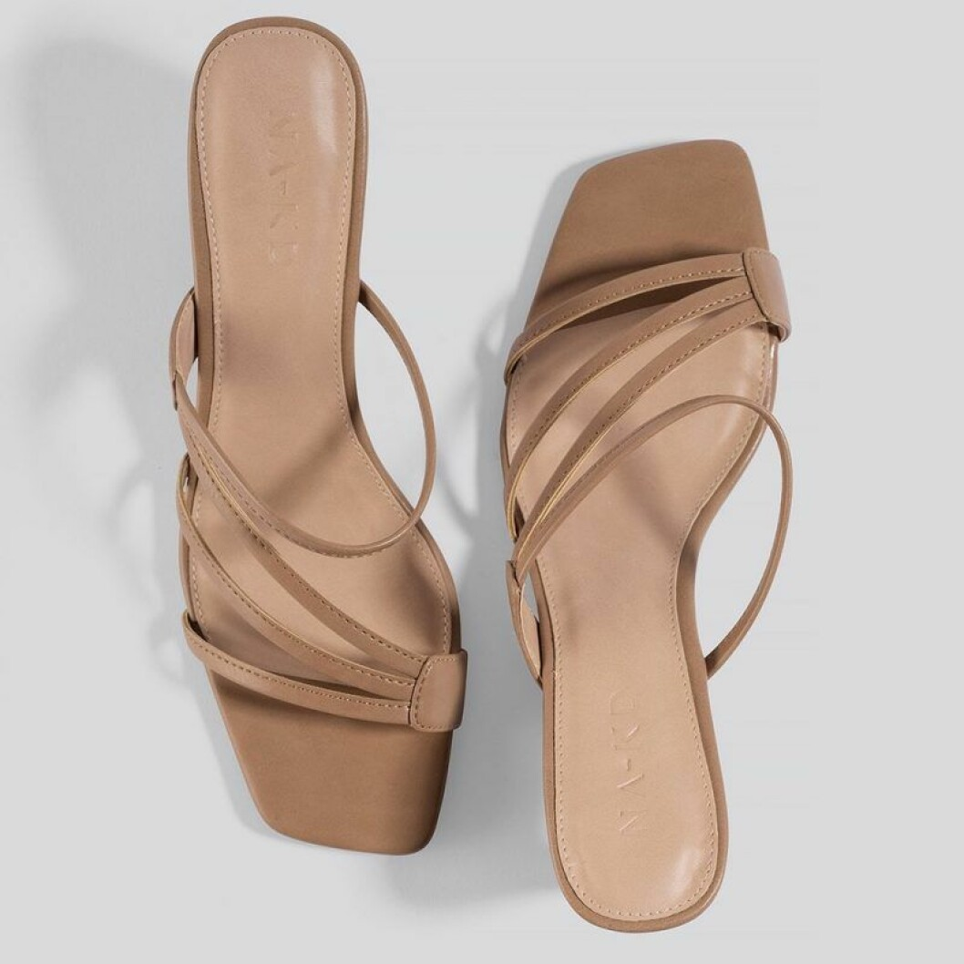 Beiga sandaler med smala band