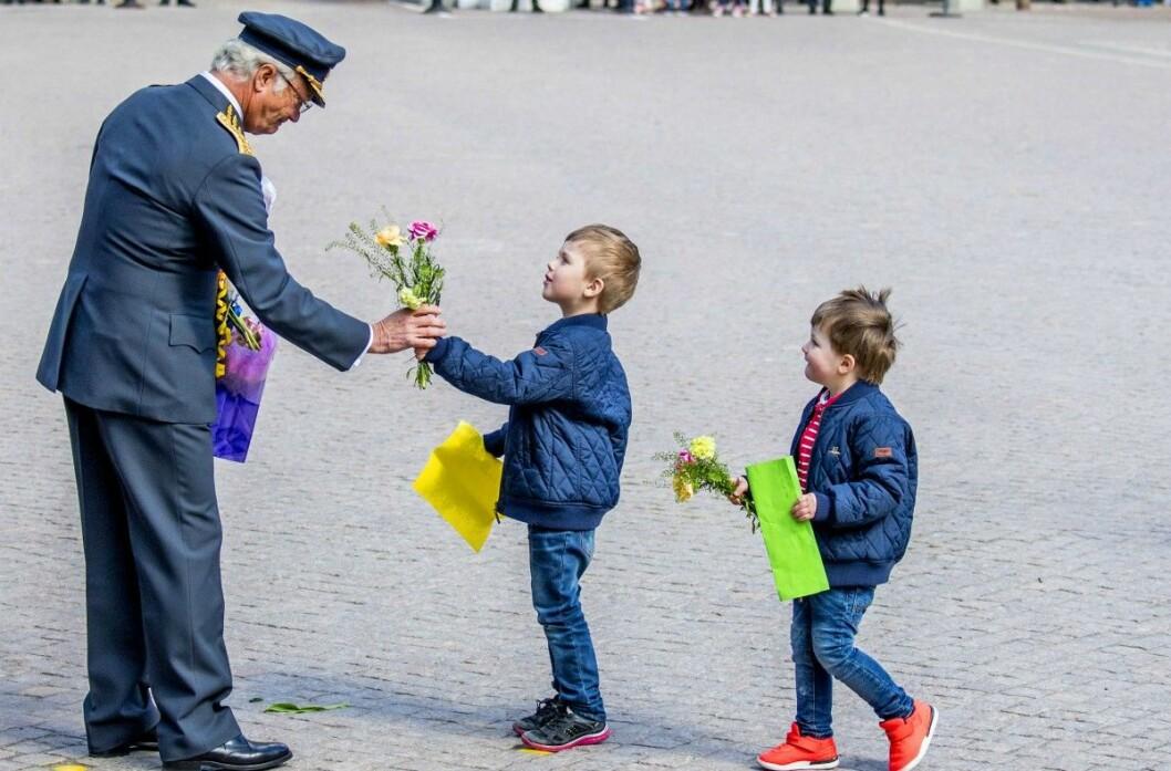 Två barn gratulerar kungen på födelsedagen..