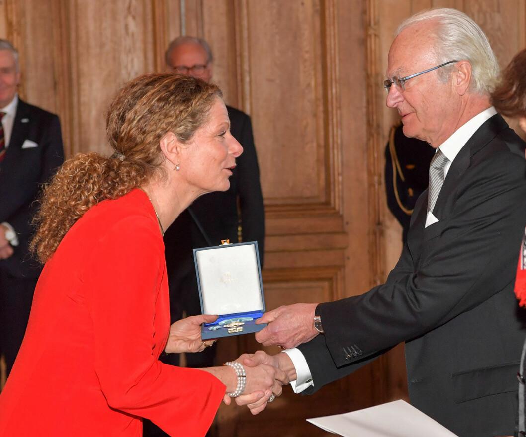 Sveriges Radios vd Cilla Benkö får medalj av kungen.