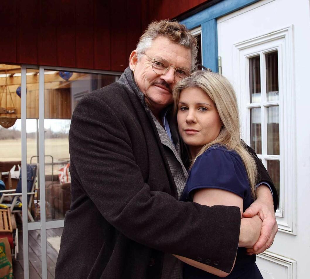 Dan Ekborg, 63 tillsammans med frun Emma, 28.