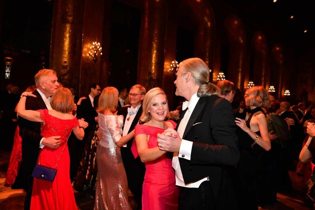 Finansminister Magdalena Andersson dansar på Nobelfesten 2019.