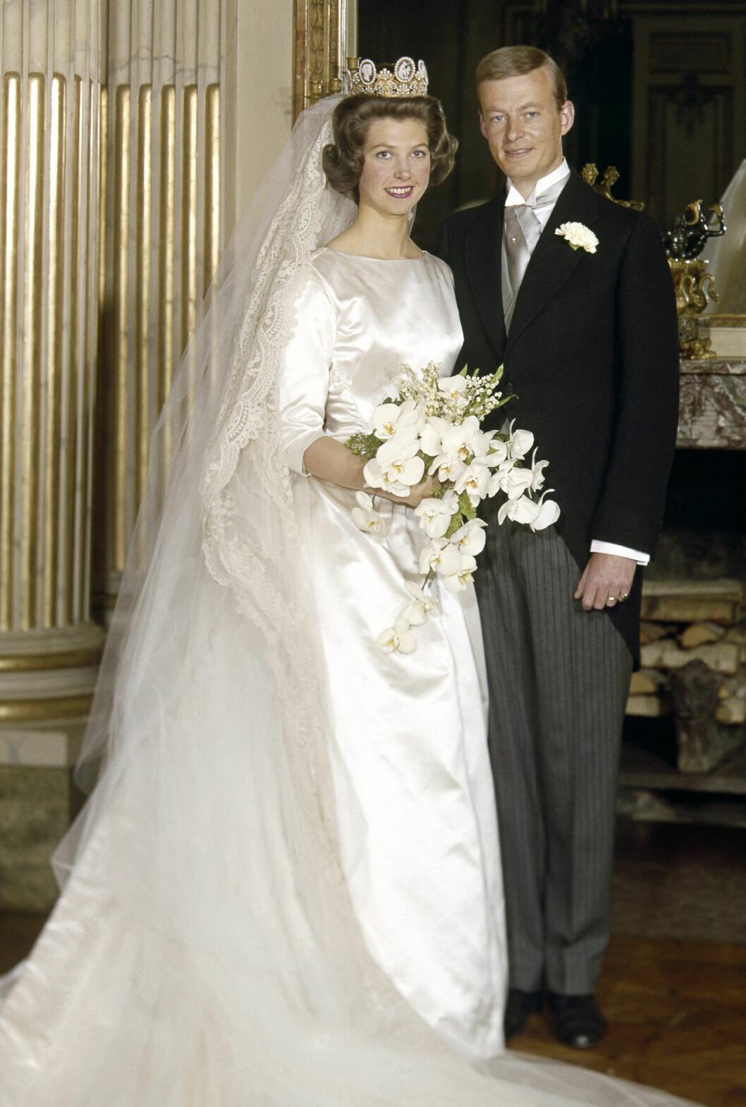 Prinsessan Désirée bar samma brudklänning som prinsessan Birgitta, sydd hos Märthaskolan. Brudbuketten bestod av vita orkidéer, fresia och liljekonvaljer, som plockats på Koberg.