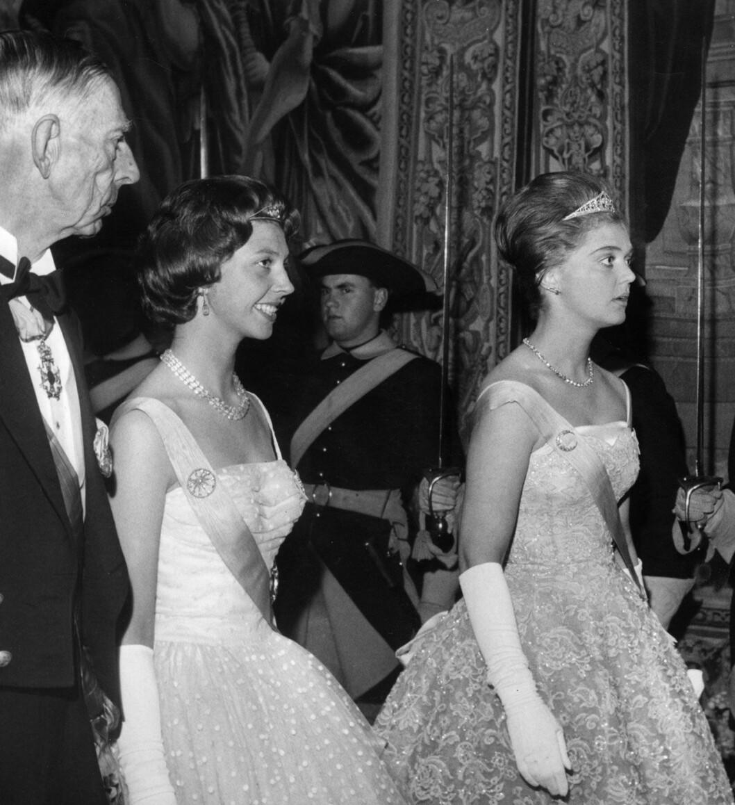 Prinsessan Désirée och prinsessan Birgitta när shahen av Iran kom på statsbesök 1960. Till vänster prins Wilhelm.