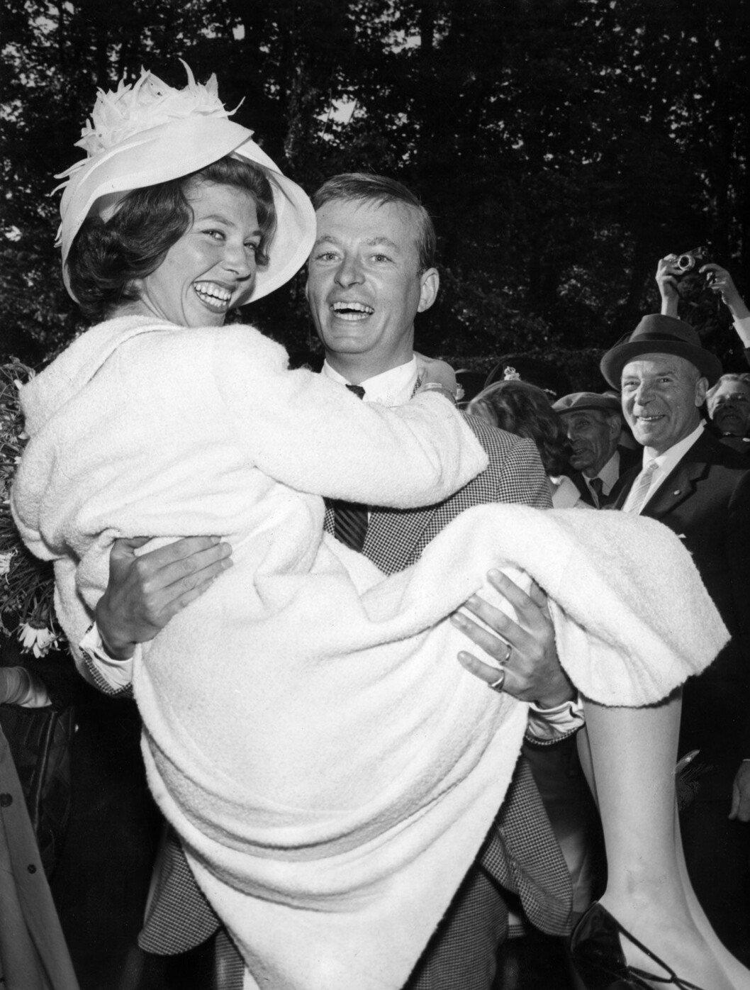 Prinsessan Désirée och friherre Niclas Silfverschiöld, nygifta 1964.