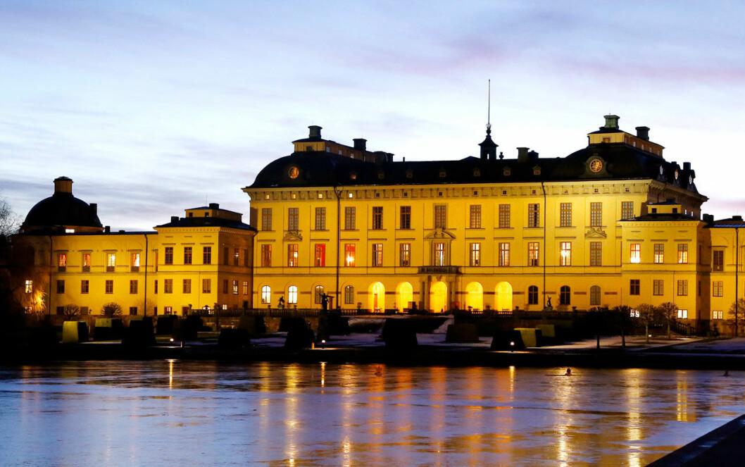 Drottningholms slott med upplysta fönster.