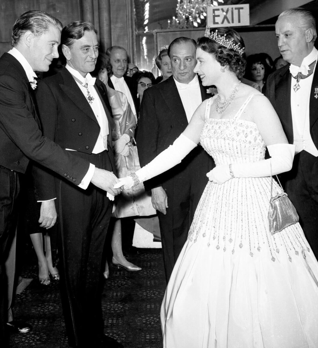 Drottning Elizabeth i den klänning som prinsessan Beatrice bar när hon gifte sig.