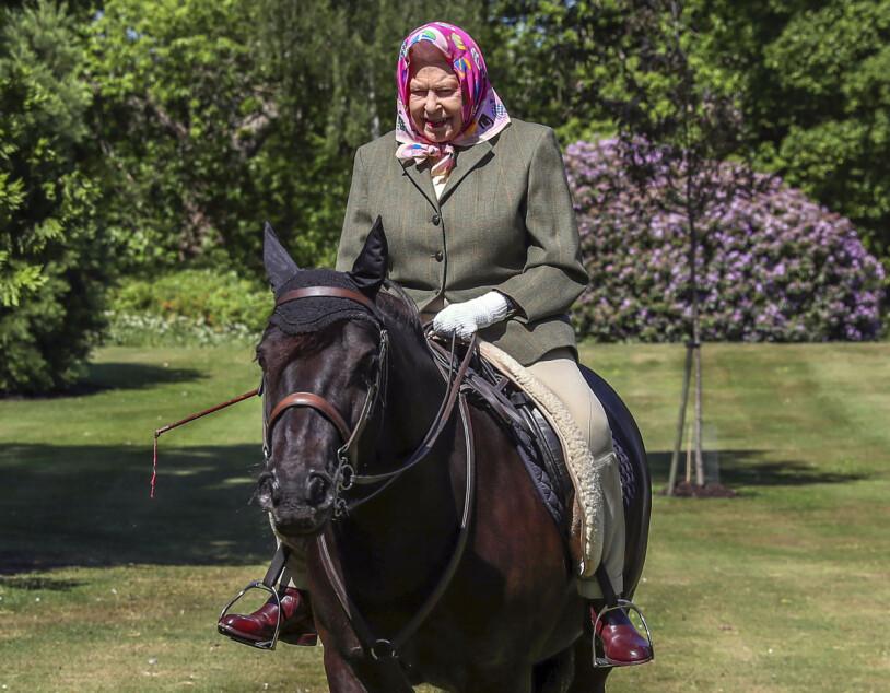 Drottning Elizabeth rider hemma på Windsor