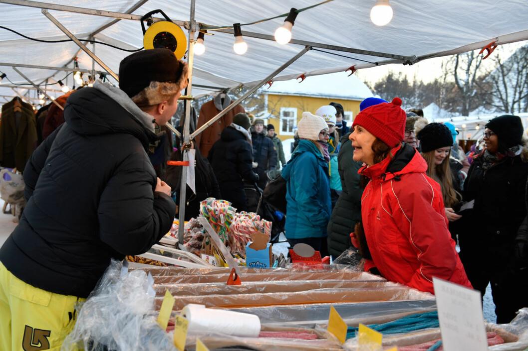 Drottning Silvia bland marknadsstånden på Jokkmokks marknad.