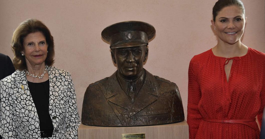 Drottning Silvia och kronprinsessan Victoria med den nya bysten av Folke Bernadotte.