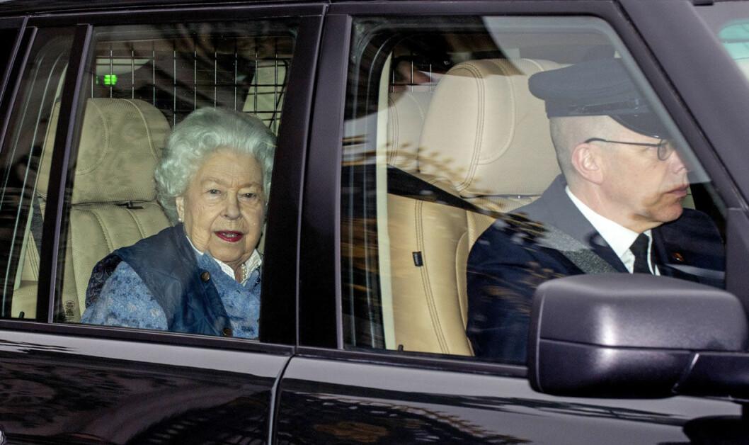 Drottning Elizabeth på väg till sin karantän på Windsor Castle.