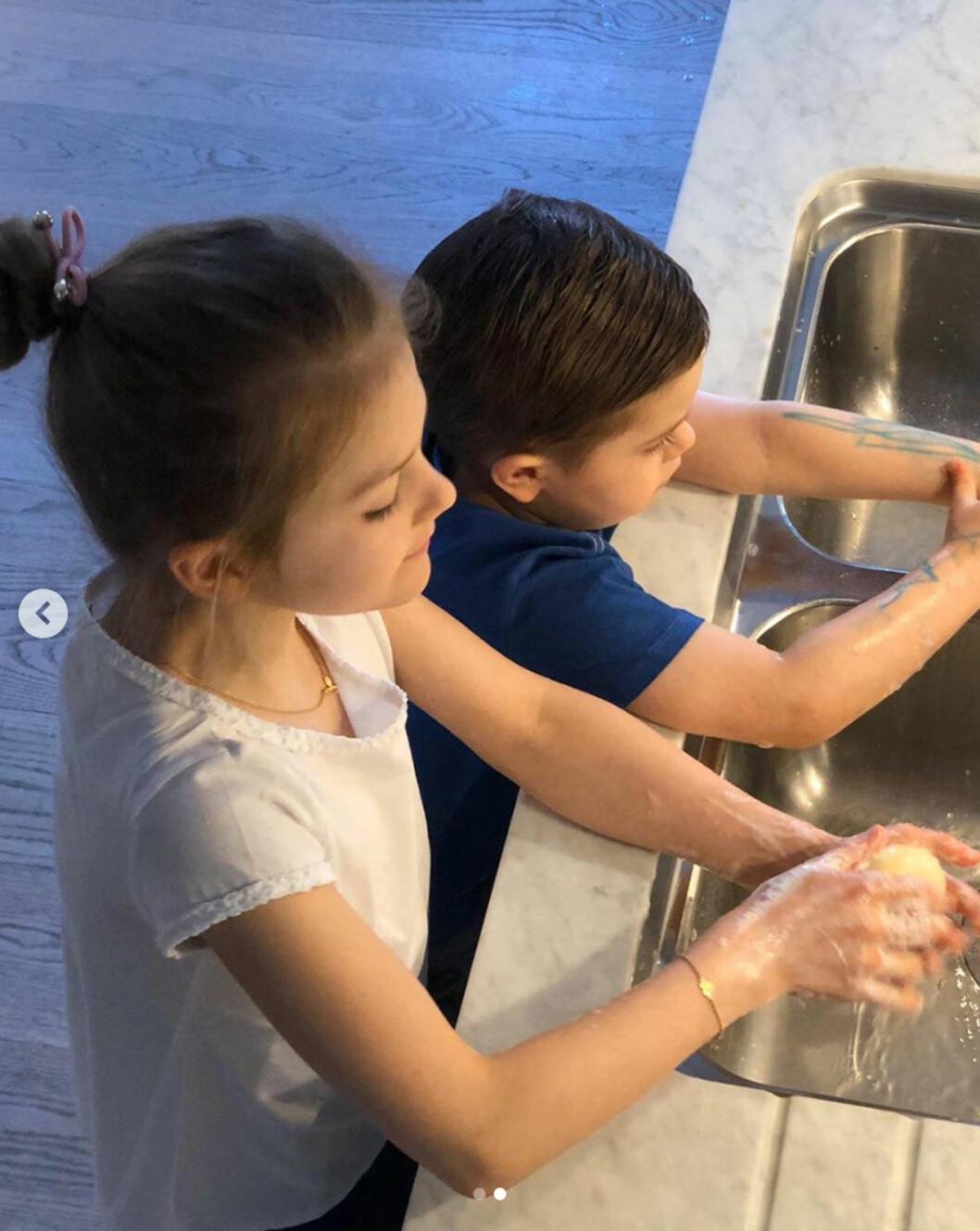 Prins Oscar och prinsessan Estelle tvättar händerna på Haga