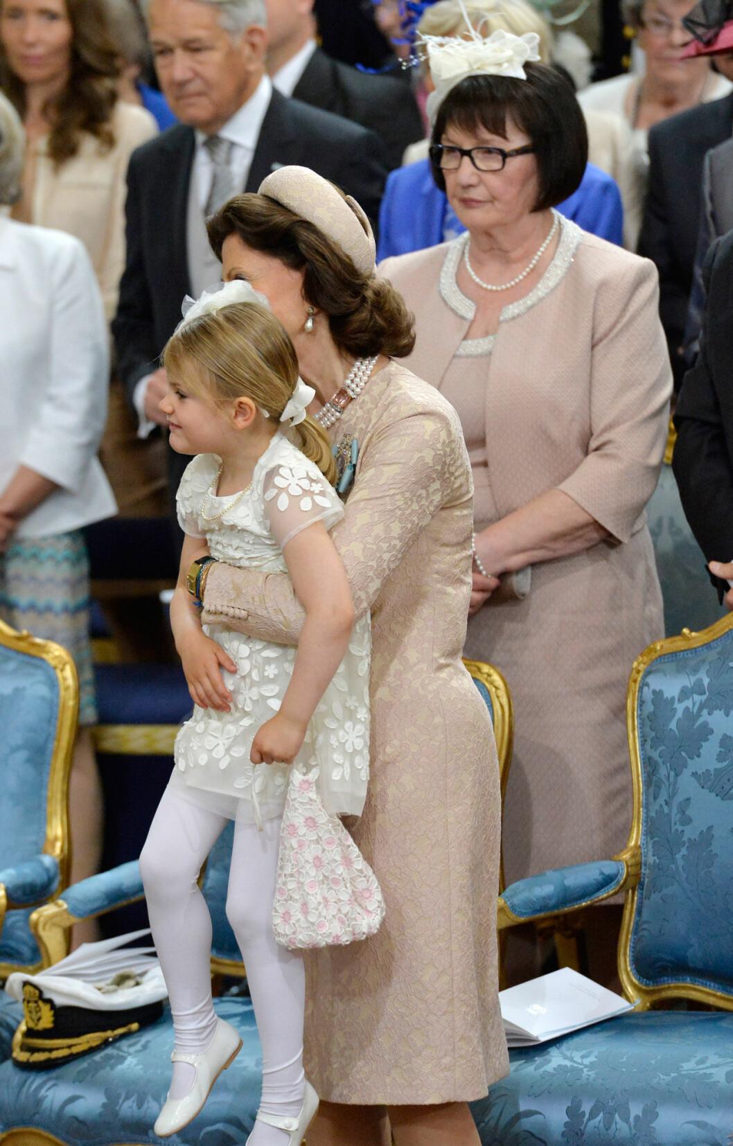 Prinsessan Estelle med sin mormor drottning Silvia.