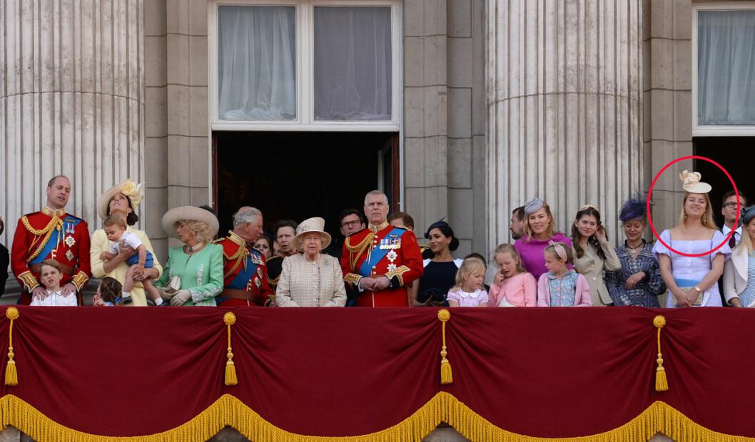 Flora Ogilvy på Buckingham Palaces balkong med hela den brittiska kungafamiljen.