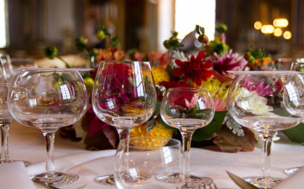 Glasservisen är en gåva från Sveriges riksdag och regering till kungen på hans 70-årsdag.
