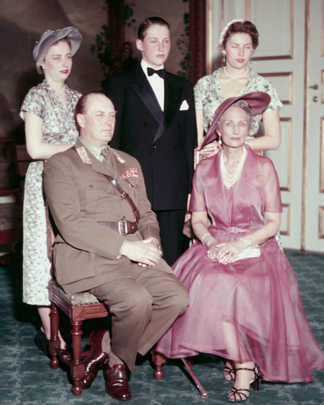 Kung Olav med sin familj: svenskfödda Märtha och barnen Haakon, Ragnhild och Astrid.