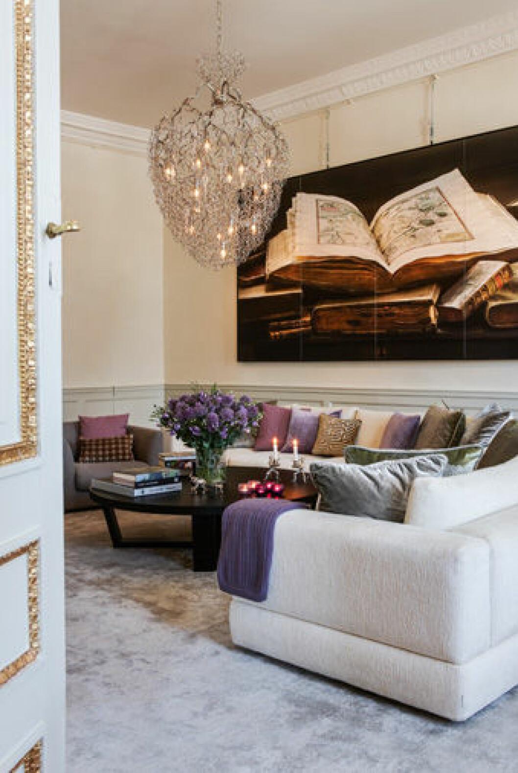 Vardagsrummet, med en fototavla av Ralf Turander.