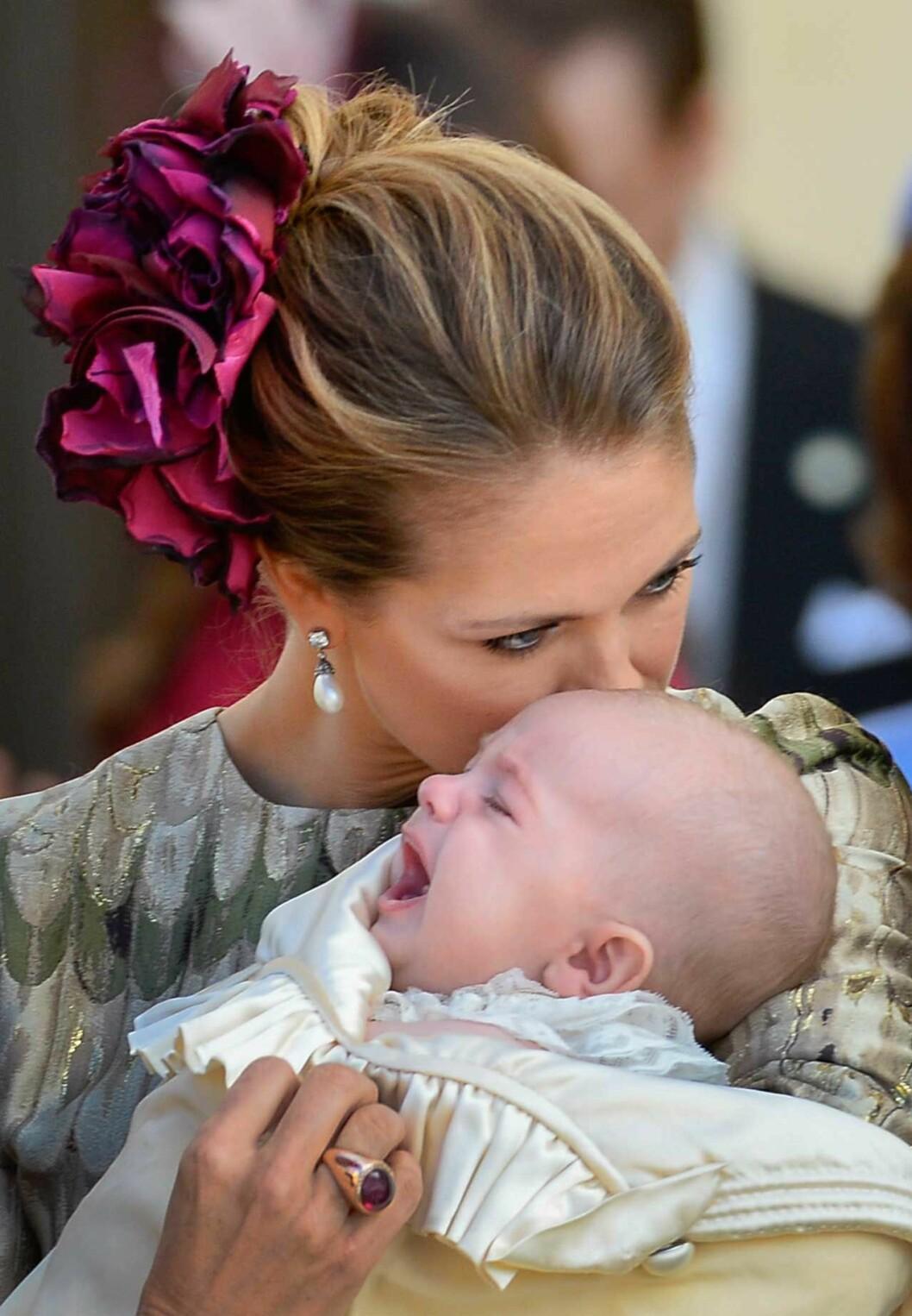 Madeleine pussar på Nicolas.