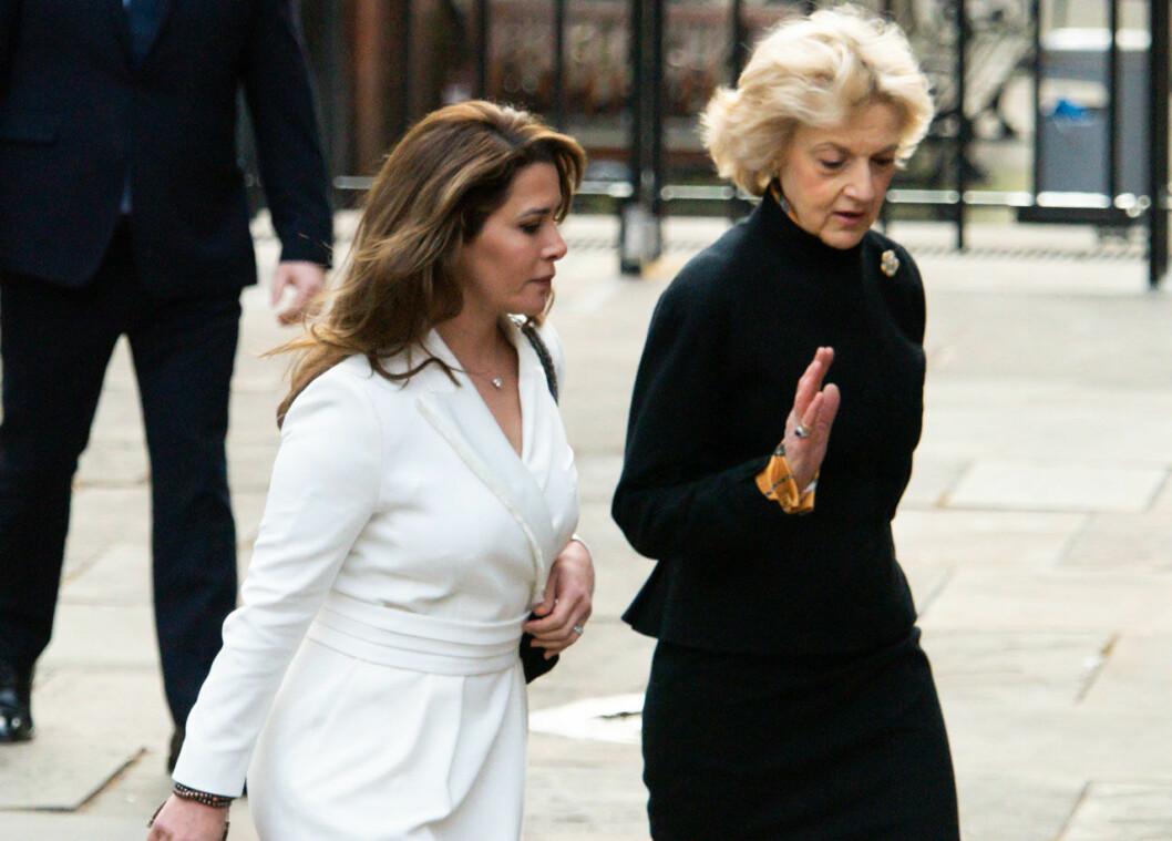Prinsessan Haya på väg till rätten med sin advokat Fiona Shackleton.