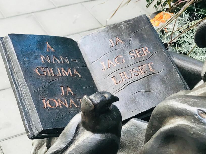 Hertha Hillfons skulptur av Astrid Lindgren.