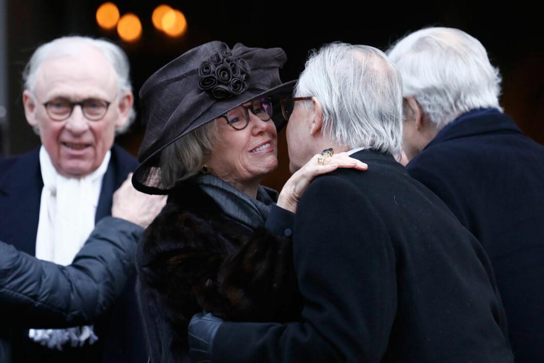 Jill Bernadotte hälsar på prinsessan Christinas man Tord på Dagmar von Arbins begravning.