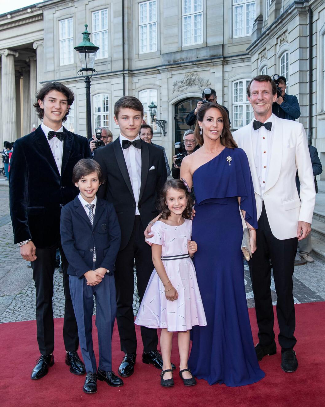 Prins Henrik med pappa Joachim, mamma Marie och syskonen prins Nicolai, prins Felix och prinsessan Athena.