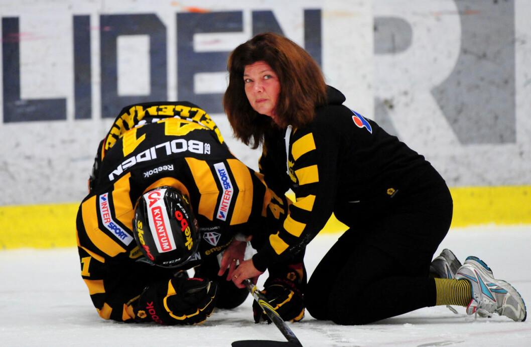 Karin Granberg som läkare för ishockeylaget Skellefteå AIK