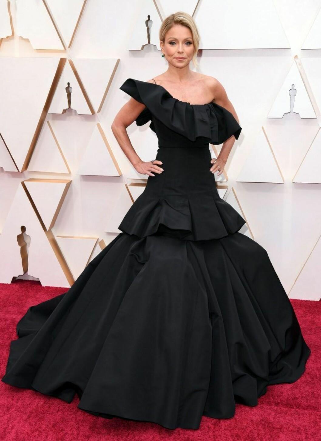 Kelly Ripa i svart klänning på röda mattan