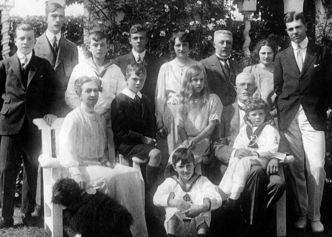 Kungafamiljen runt 1920. Längst fram sitter drottning Victoria med sin pudel Tom.