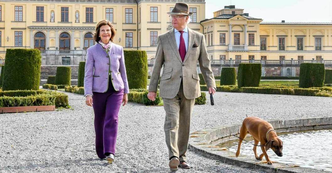 Kungen och drottningen på Drottningholm med hunden Brandie.