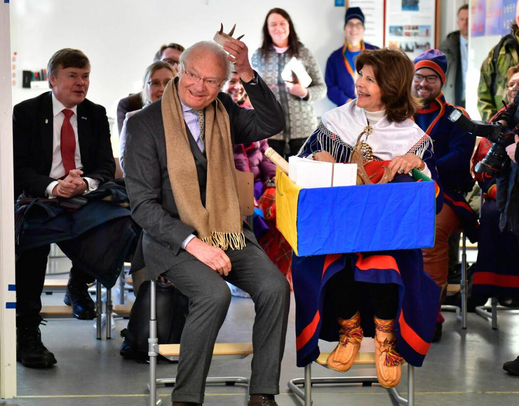 Kungen fick en krona i present vid besöket på Jokkmokks marknad.