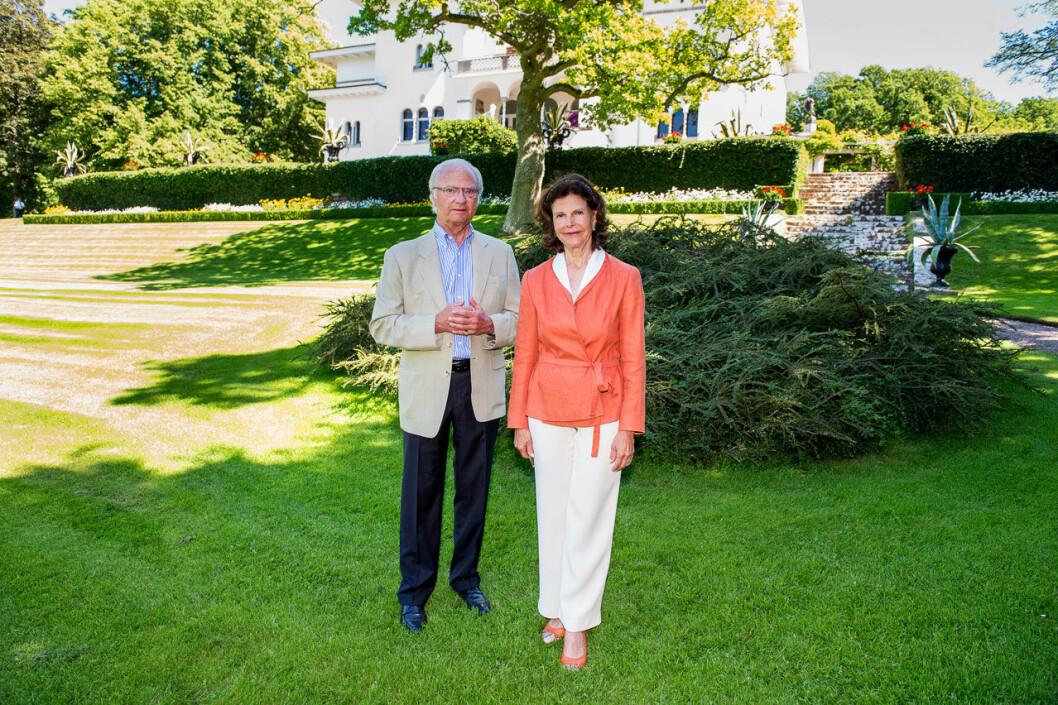 Kungen och drottningen framför Sollidens slott.
