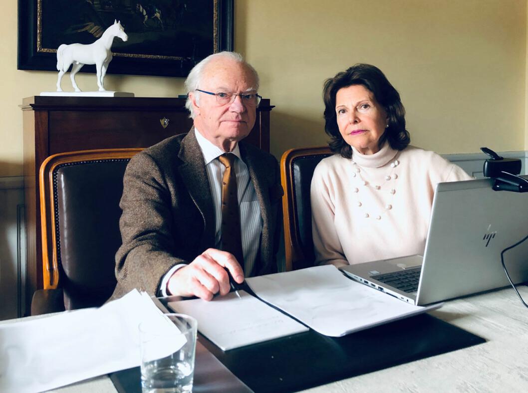Kungen och drottningen under ett videomöte i konferensrummet på Stenhammar.