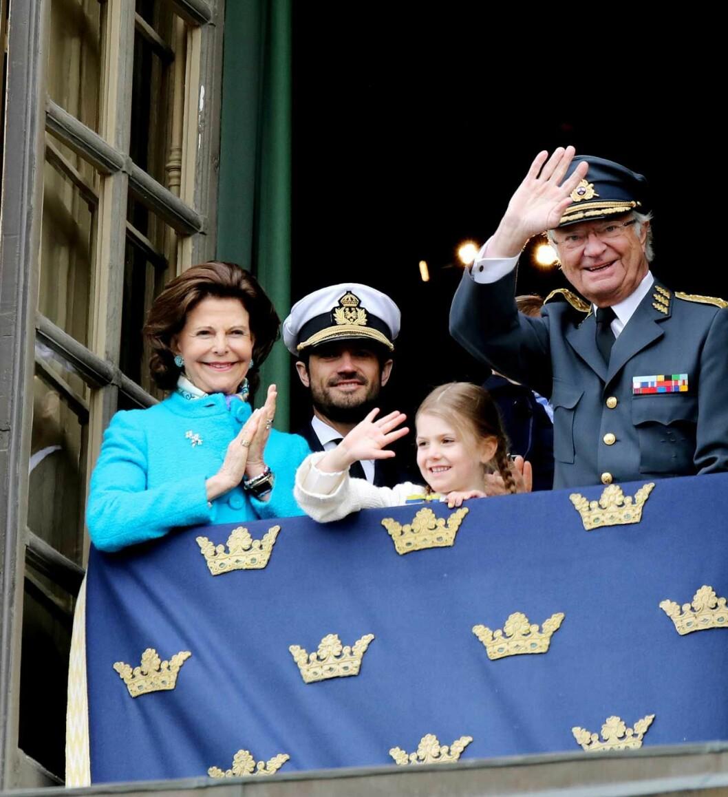 Drottningen, prins Carl Philip och prinsessan Estelle firar kungen på födelsedagen.