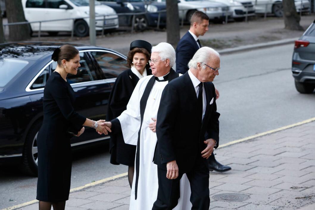 Kungafamiljen är nu på plats vid begravningen.