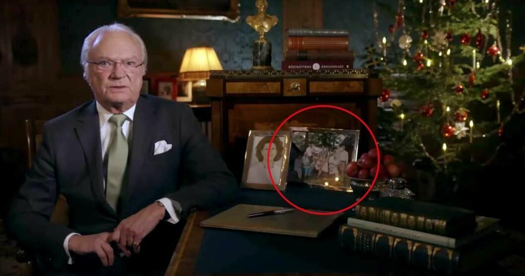 Här ser man familjebilden på kungens skrivbord.