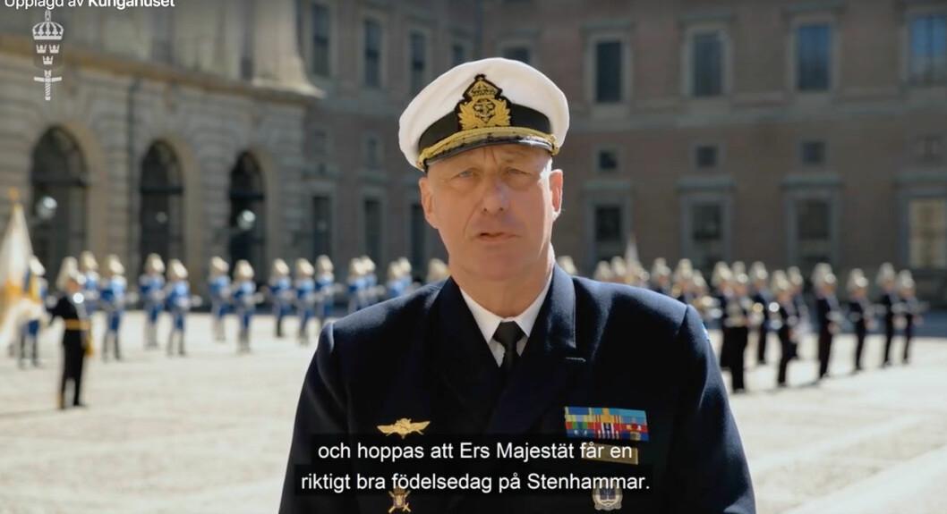 Överkommendant Jan Thörnqvist gratulerar kungen på 74-årsdagen 2020.