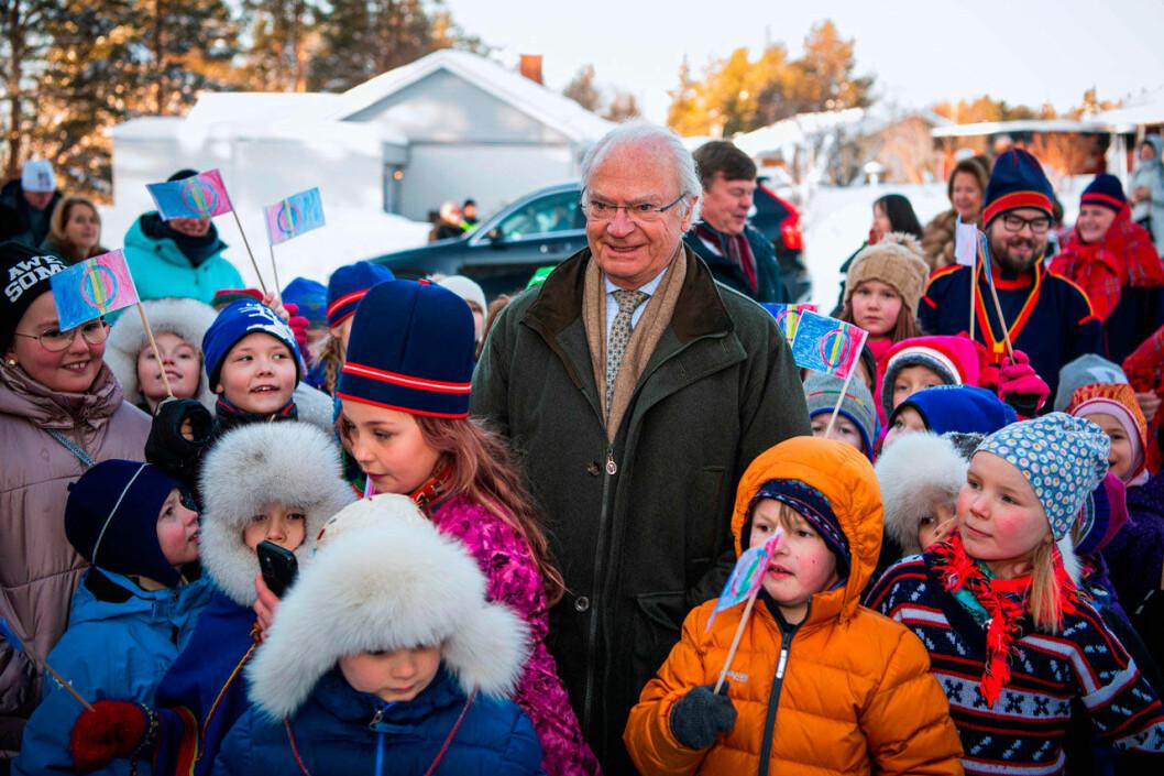 Kungen bland barnen på Jokkmokks marknad.