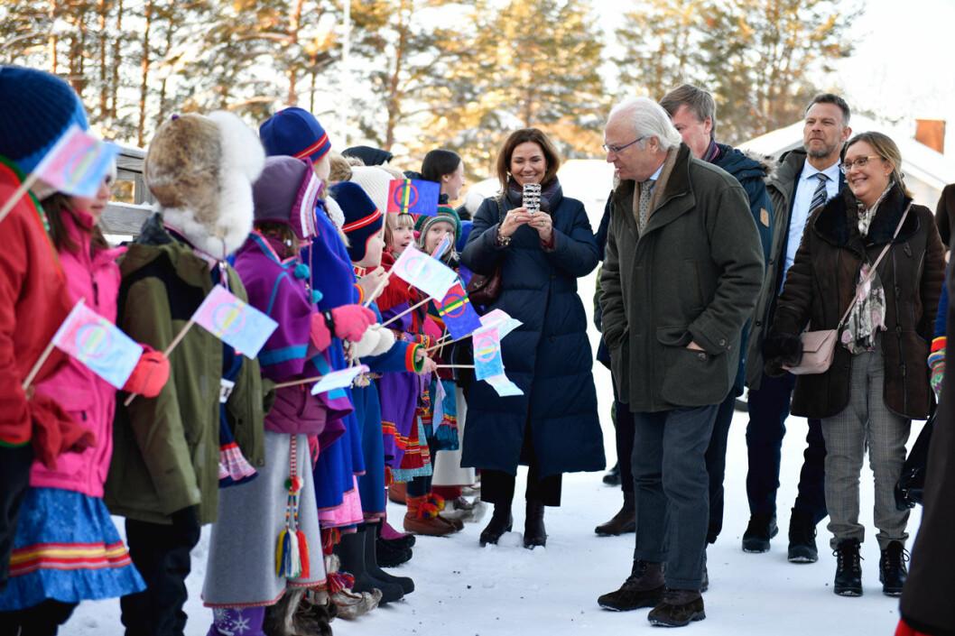 Hovets informationsschef Margareta Thorgren fotograferar kungen under besöket på Jokkmokks Marknad.