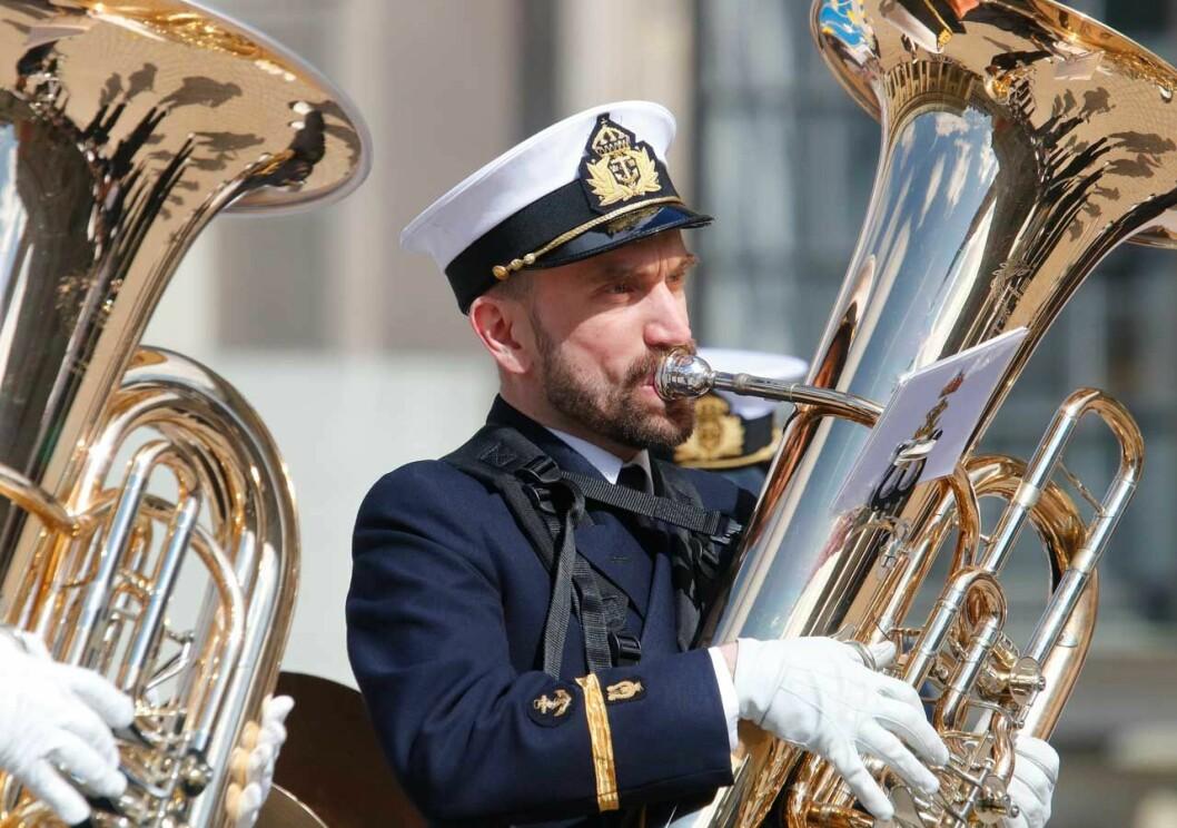 Arméns Musikkår spelar för kungen under födelsedagsfirandet på Stockholms slott.