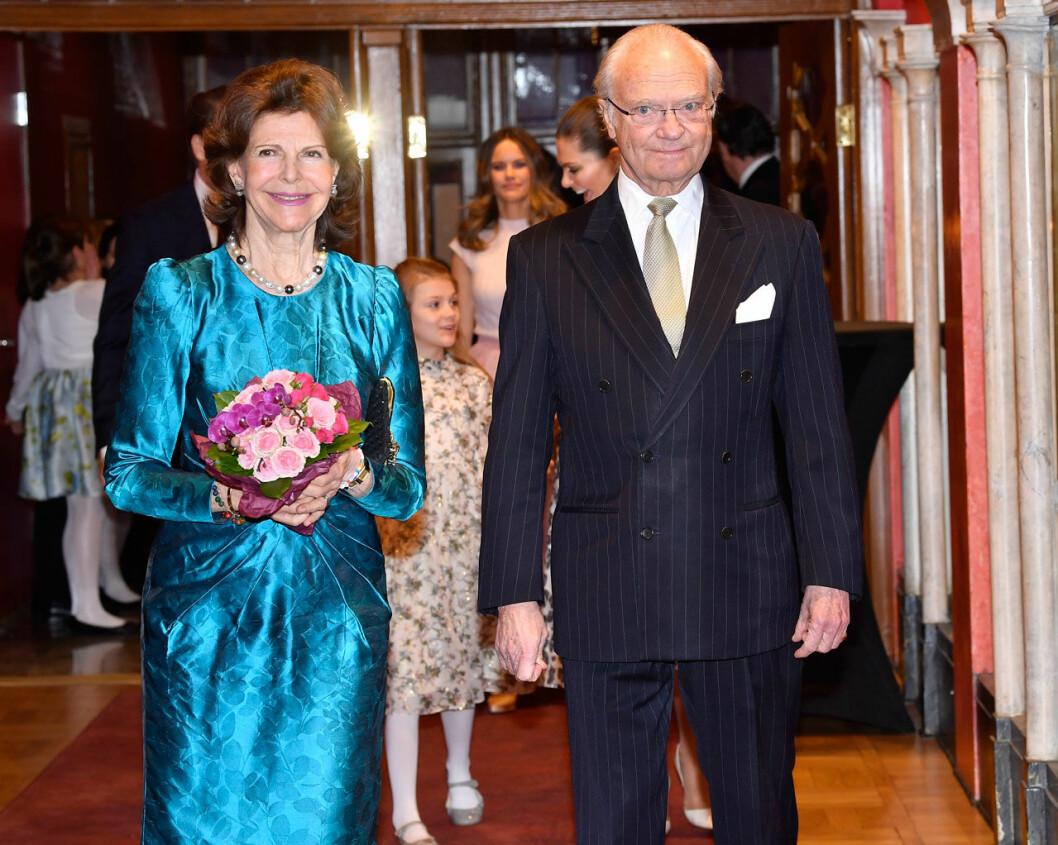 Kungen och drottningen på Vasateatern, där Lilla Akademien hyllar drottning Silvia.