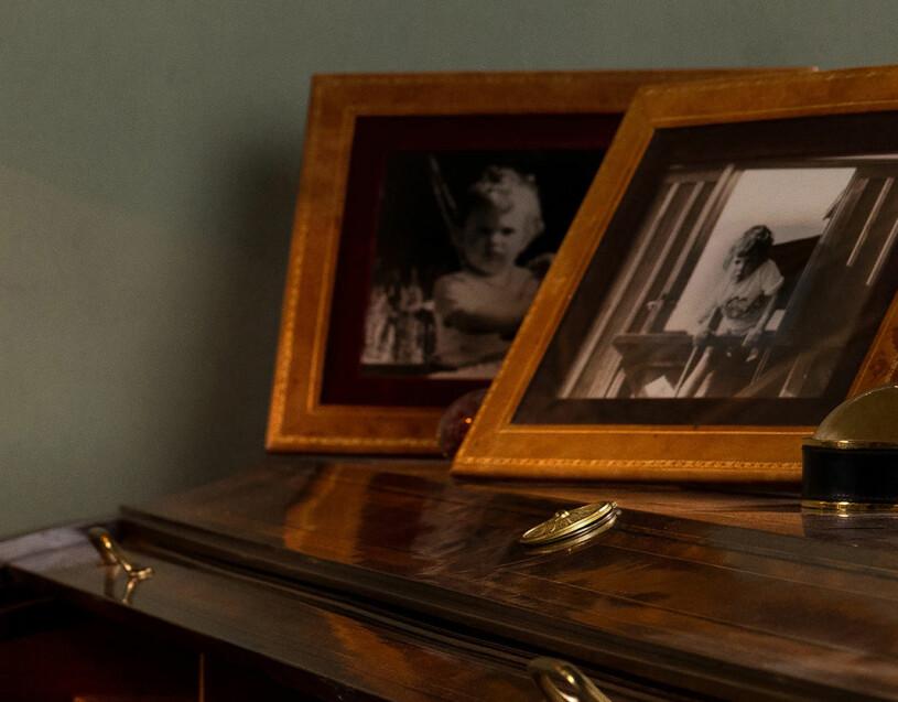 Kungens arbetshörna med bilder på kronprinsessan Victoria som barn