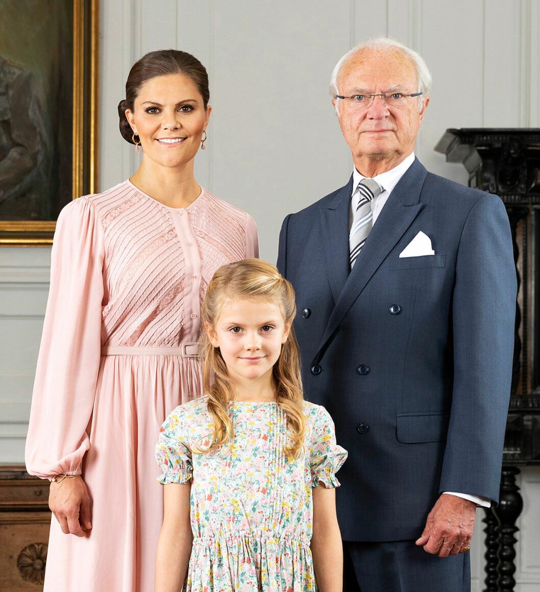 Kungen med prinsessan Estelle och kronprinsessan Victoria.