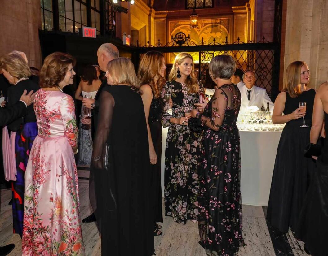 Drottning Silvia och prinsessan Madeleine minglar vid Childhood-galan i New York 2018.